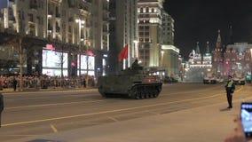 Moscú, Rusia - 3 de mayo de 2017: Vehículos militares rusos durante el ensayo de la noche de Moscú Victory Parade