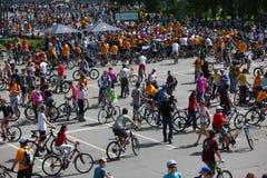MOSCÚ, RUSIA - 20 de mayo de 2002: Desfile de ciclo de la ciudad tradicional, frunce del participante foto de archivo libre de regalías