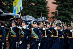 MOSCÚ, RUSIA - 8 DE MAYO DE 2017: Desfile del desfile el guardia de honor del regimiento de 154 Preobrazhensky Tiempo lluvioso al Foto de archivo