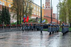 MOSCÚ, RUSIA - 8 DE MAYO DE 2017: Desfile del desfile el guardia de honor del regimiento de 154 Preobrazhensky Tiempo lluvioso al Imagen de archivo