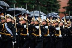 MOSCÚ, RUSIA - 8 DE MAYO DE 2017: Desfile del desfile el guardia de honor del regimiento de 154 Preobrazhensky Tiempo lluvioso al Fotografía de archivo