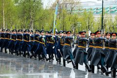 MOSCÚ, RUSIA - 8 DE MAYO DE 2017: Desfile del desfile el guardia de honor del regimiento de 154 Preobrazhensky Tiempo lluvioso al Imagenes de archivo