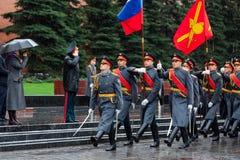 MOSCÚ, RUSIA - 8 DE MAYO DE 2017: Desfile del desfile el guardia de honor del regimiento de 154 Preobrazhensky Tiempo lluvioso al Fotos de archivo libres de regalías