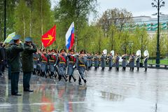 MOSCÚ, RUSIA - 8 DE MAYO DE 2017: Desfile del desfile el guardia de honor del regimiento de 154 Preobrazhensky Tiempo lluvioso al Imagen de archivo libre de regalías
