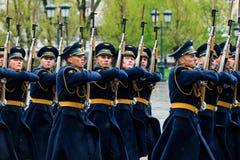 MOSCÚ, RUSIA - 8 DE MAYO DE 2017: Desfile del desfile el guardia de honor del regimiento de 154 Preobrazhensky Tiempo lluvioso al Fotos de archivo