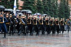 MOSCÚ, RUSIA - 8 DE MAYO DE 2017: Desfile del desfile el guardia de honor del regimiento de 154 Preobrazhensky Tiempo lluvioso al Foto de archivo libre de regalías