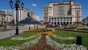 Moscú, Rusia - 12 de mayo 2018 El hotel y la cama de flor de cuatro estaciones en Manezhnaya ajustan metrajes