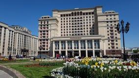Moscú, Rusia - 12 de mayo 2018 El hotel y la cama de flor de cuatro estaciones en Manezhnaya ajustan almacen de video