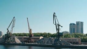 Moscú, Rusia 15 de mayo de 2015: El puerto usado Cranes y frustra de la arena en el Moscú-río de Pier In Old Riverport On, al nor metrajes
