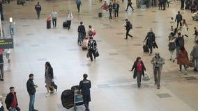 Moscú, Rusia - 6 de mayo de 2019: Gente en el aeropuerto internacional de Domodedovo Registro de pasajeros en el vuelo almacen de metraje de vídeo