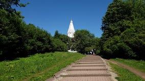 Moscú, Rusia - 22 de mayo 2018 Iglesia de la ascensión del señor en la Museo-reserva de Kolomenskoye almacen de video