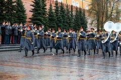 MOSCÚ, RUSIA - 8 DE MAYO DE 2017: La banda ejemplar militar del guardia de honor en el evento solemne en la tumba del soldado des Foto de archivo