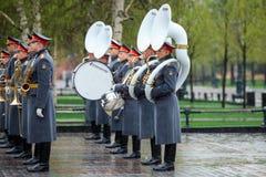 MOSCÚ, RUSIA - 8 DE MAYO DE 2017: La banda ejemplar militar del guardia de honor en el evento solemne en la tumba del soldado des Fotografía de archivo