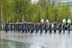 MOSCÚ, RUSIA - 8 DE MAYO DE 2017: La banda ejemplar militar del guardia de honor en el evento solemne en la tumba del soldado des Imagenes de archivo