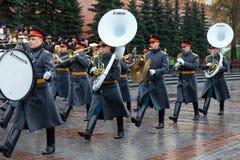 MOSCÚ, RUSIA - 8 DE MAYO DE 2017: La banda ejemplar militar del guardia de honor en el evento solemne en la tumba del soldado des Imágenes de archivo libres de regalías