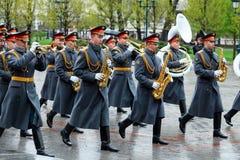 MOSCÚ, RUSIA - 8 DE MAYO DE 2017: La banda ejemplar militar del guardia de honor en el evento solemne en la tumba del soldado des Imagen de archivo