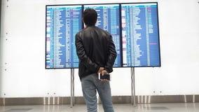 Moscú, Rusia - 6 de mayo de 2019: La gente espera la salida en el aeropuerto, tablero de la salida, calendario electrónico del ae almacen de video
