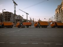 MOSCÚ, RUSIA - 9 DE MAYO DE 2016: Los camiones bloquean el camino del pequeño Moskvoretsky Bridg antes de saludo Fotografía de archivo libre de regalías