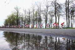 MOSCÚ, RUSIA - 6 de mayo de 2002: Maratón de ciclo, a lo largo de los callejones de la ciudad Reflexión hermosa de árboles en el  foto de archivo