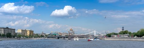 Moscú, Rusia - 26 de mayo de 2019: Opinión panorámica sobre un río de Moscú fotografía de archivo