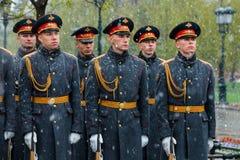 MOSCÚ, RUSIA - 8 DE MAYO DE 2017: Soldados del guardia de honor del regimiento de 154 Preobrazhensky Visión lluviosa y nevosa Ale Fotografía de archivo libre de regalías