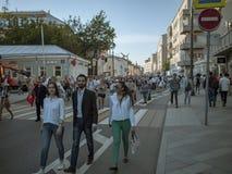 MOSCÚ, RUSIA - 9 DE MAYO DE 2016: Un individuo joven en un traje con dos muchachas está caminando a lo largo de la calle después  Imagen de archivo