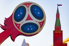 MOSCÚ, RUSIA - 21 de mayo de 2018: Un reloj con una cuenta descendiente de días, de horas y de minutos al comienzo del mundial 20 Imagenes de archivo