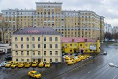 MOSCÚ, RUSIA - 27 DE NOVIEMBRE DE 2016: Estacionamiento amarillo del coche del taxi Fotografía de archivo