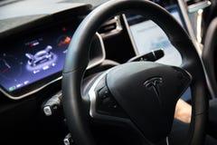 MOSCÚ, RUSIA - 23 DE NOVIEMBRE DE 2016: Interior de la cabina el Tesla Imagen de archivo libre de regalías