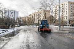 MOSCÚ, RUSIA - 27 DE NOVIEMBRE DE 2016: Tractor que limpia la calle después de las nevadas de la noche Fotografía de archivo libre de regalías