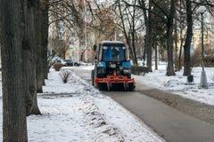 MOSCÚ, RUSIA - 27 DE NOVIEMBRE DE 2016: Tractor que limpia la calle después de las nevadas de la noche Fotografía de archivo