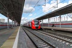 Moscú, Rusia 1 de octubre 2016 El trago del tren llega el anillo de la central de Shelepiha Moscú de la estación Imagen de archivo libre de regalías