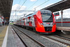 Moscú, Rusia 1 de octubre 2016 El trago del tren llega el anillo de la central de Shelepiha Moscú de la estación Imagen de archivo