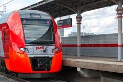 Moscú, Rusia 1 de octubre 2016 El trago del tren llega el anillo de la central de Shelepiha Moscú de la estación Fotos de archivo