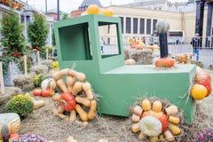 MOSCÚ, RUSIA - 6 DE OCTUBRE DE 2017: Escultura divertida del tractor en la estación del otoño justa Ruedas hechas de las calabaza imágenes de archivo libres de regalías