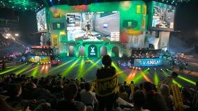 MOSCÚ, RUSIA - 27 DE OCTUBRE DE 2018: Huelga del contador del EPICENTRO: Acontecimiento ofensivo global de los esports Fan hermos almacen de video