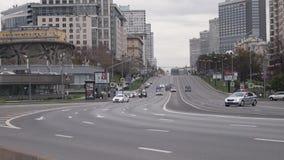 MOSCÚ, RUSIA - 24 DE OCTUBRE DE 2017: Movimiento del desfile de automóviles del alto funcionario a lo largo de la calle cordoned
