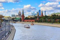 Moscú, Rusia - 30 de septiembre de 2018: Barcos turísticos flotantes en un fondo de los terraplénes y de Moscú el Kremlin del río fotografía de archivo libre de regalías