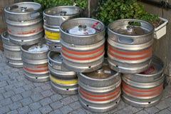 MOSCÚ, RUSIA - 30 de septiembre de 2018: Barriles del metal de cerveza en el th foto de archivo