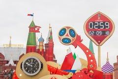 MOSCÚ, RUSIA - 28 DE SEPTIEMBRE DE 2017: Mire la cuenta descendiente antes del inicio del mundial 2018 de la FIFA en el cuadrado  Imágenes de archivo libres de regalías