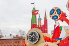 MOSCÚ, RUSIA - 28 DE SEPTIEMBRE DE 2017: Mire la cuenta descendiente antes del inicio del mundial 2018 de la FIFA en el cuadrado  Fotografía de archivo
