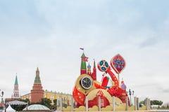 MOSCÚ, RUSIA - 28 DE SEPTIEMBRE DE 2017: Mire la cuenta descendiente antes del inicio del mundial 2018 de la FIFA en el cuadrado  Foto de archivo libre de regalías