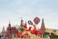 MOSCÚ, RUSIA - 28 DE SEPTIEMBRE DE 2017: Mire la cuenta descendiente antes del inicio del mundial 2018 de la FIFA en el cuadrado  foto de archivo