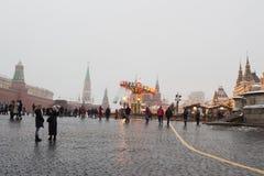 MOSCÚ, RUSIA: Decoración festiva en las calles de la ciudad Imagen de archivo libre de regalías