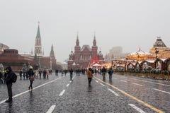 MOSCÚ, RUSIA: Decoración festiva en las calles de la ciudad Imágenes de archivo libres de regalías