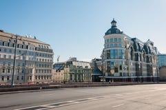 Moscú, Rusia - 09 21 2015 Departamento territorial principal de Moscú de banco central de la Federación Rusa y del hotel Baltschu Fotos de archivo libres de regalías