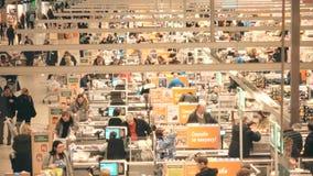 MOSCÚ, RUSIA - DICIEMBRE, 25, 2016 Área del pago y envío del supermercado, visión desde arriba, colores calientes Tiro del teleob Imagen de archivo libre de regalías
