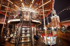 Moscú, Rusia, diciembre de 2015 Carrusel de la atracción que hace girar en un círculo Fotos de archivo libres de regalías