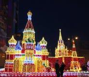 MOSCÚ, RUSIA - DICIEMBRE DE 2017: Decoraciones del ` s del Año Nuevo en la forma del Kremlin y de catedral del ` s de la albahaca Imagenes de archivo