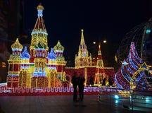 MOSCÚ, RUSIA - DICIEMBRE DE 2017: Decoraciones del ` s del Año Nuevo en la forma del Kremlin y de catedral del ` s de la albahaca Fotos de archivo